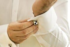 Mann-tragende Manschettenknöpfe Lizenzfreies Stockbild