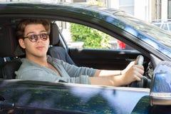 Mann-tragende Sonnenbrille, die Auto fährt stockbilder