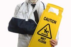 Mann-tragender Ellbogen-Riemen mit Vorsicht-Zeichen stockbild