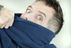 Mann-tragender Hausmantel, der weg von der Kamera heftig gezogen wird Stockbild