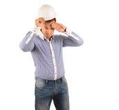 Mann-tragender Schutzhelm und abwischen Stirn mit der Hand Lizenzfreies Stockbild