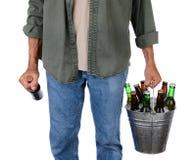 Mann-tragendes Bier Stockfotos