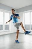 Mann-Trainings-Übungen Eignung männliches vorbildliches Exercising Indoors Lizenzfreie Stockbilder