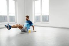 Mann-Trainings-Übungen Eignung männliches vorbildliches Exercising Indoors Stockfotos