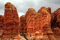 Mann-Trekking auf einem großen Berg Stockfoto
