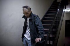 Mann am Treppenhaus Stockbild