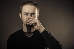 Mann-trinkendes Bier Lizenzfreies Stockfoto