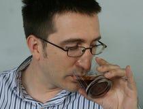 Mann trinkt Schluck des Weinbrands Stockfoto