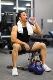 Mann-Trinkwasser nach Übung Stockbilder