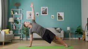 Mann tun Yoga zu Hause morgens in seinem Wohnzimmer stock video