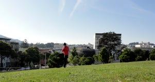 Mann tut Baum-Haltung in San Francisco Lizenzfreie Stockfotografie