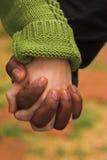 Mann u. Frau, die Hände umklammern Lizenzfreies Stockfoto