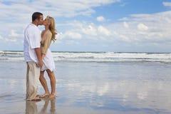 Mann-u. Frauen-Paar-Holding-Hände, die auf Strand küssen Lizenzfreie Stockfotos