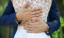 Mann umarmt seine Frau auf Hügel mit schöner Ansicht hinten Lizenzfreies Stockbild