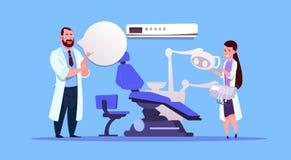 Mann und Ärztinnen über zahnmedizinischem Büroeinrichtungs-Zahnarzt-Hospital Or Clinic-Konzept Stockfotos