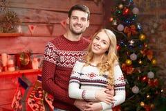 Mann und blonde junge Frau, die Winterurlaube feiern Stockfotografie