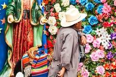 Mann und Blumen Lizenzfreies Stockbild