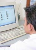 Mann und Computer Lizenzfreie Stockbilder