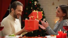 Mann und Dame, die Weihnachtsgeschenke, gemütlichen romantischen Abend für Paare austauschen stock video
