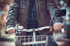 Mann und ein Fahrrad Stockbild