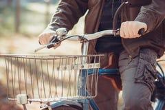 Mann und ein Fahrrad Stockfotografie