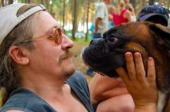 Mann und ein Hund Stockbild