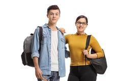 Mann und eine Studentin mit Rucks?cken l?chelnd an der Kamera lizenzfreies stockbild