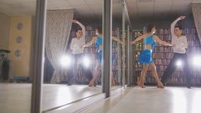 Mann und famale Tanz im Studio stockbilder