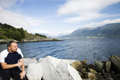 Mann und Fjord Lizenzfreies Stockbild