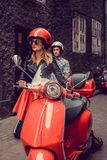 Mann und Frau auf Bewegungsrollern in einer Stadt Lizenzfreie Stockfotos