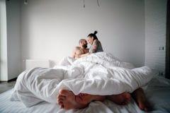 Mann und Frau auf dem Bett Lizenzfreies Stockfoto