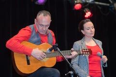 Mann und Frau auf Stadium während des Konzerts lizenzfreie stockfotografie