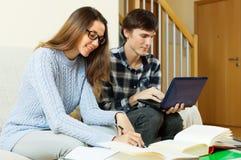 Mann und Frau bereiten sich für Prüfungen vor Stockfotos