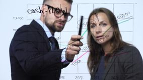Mann und Frau besprechen die Geschäftsstrategie für Erfolg in einem modernen Glasbüro stock footage