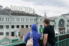 Mann und Frau betrachten das Gebäude des belarussischen Bahnhofs in Moskau Lizenzfreie Stockfotografie