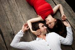 Mann und Frau betrachten einander Stockfotos