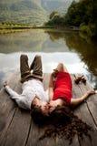 Mann und Frau betrachten einander auf einer Holzbrücke vorbei Stockbilder