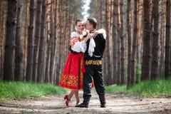 Mann und Frau in der russischen nationalen Kleidung Lizenzfreie Stockfotos
