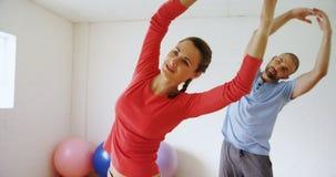 Mann und Frau, die Übung 4k ausdehnend tut stock video footage