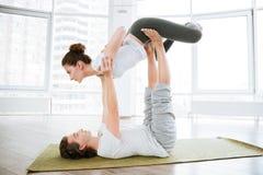Mann und Frau, die acro Yoga für Paare im Studio tun Stockfoto