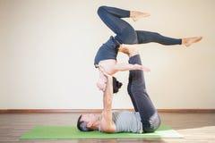 Mann und Frau, die acro Yoga oder Paare Yoga Innen tut Stockbild