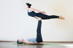 Mann und Frau, die acro Yoga oder Paare Yoga Innen tut Stockfotografie
