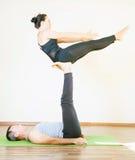 Mann und Frau, die acro Yoga oder Paare Yoga Innen tut Lizenzfreies Stockbild