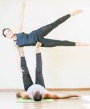 Mann und Frau, die acro Yoga oder Paare Yoga Innen tut Lizenzfreie Stockfotografie