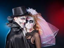 Mann und Frau, die als Vampir und Hexe. tragen. Halloween lizenzfreie stockbilder