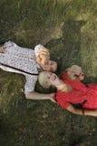 Mann und Frau, die auf dem Gras liegen Stockfotos