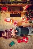 Mann und Frau, die auf dem Teppich niederlegen lizenzfreies stockbild