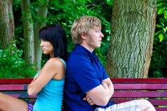 Mann und Frau, die auf der Parkbank sitzen Lizenzfreies Stockbild