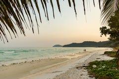 Mann und Frau, die auf einen überschüssigen Strand gehen stockfoto