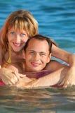 Mann und Frau, die auf einer aufblasbaren Matratze liegen Stockbild